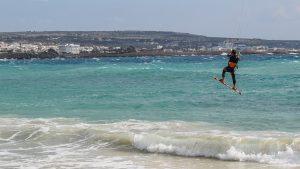 En short de bain ou combinaison, le kitesurf est un sport passionnant.